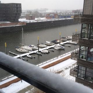 Boote und Bootsstege unter Schnee
