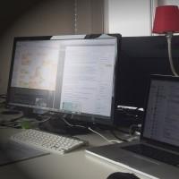 Schreibtisch mit Notebook und Monitor